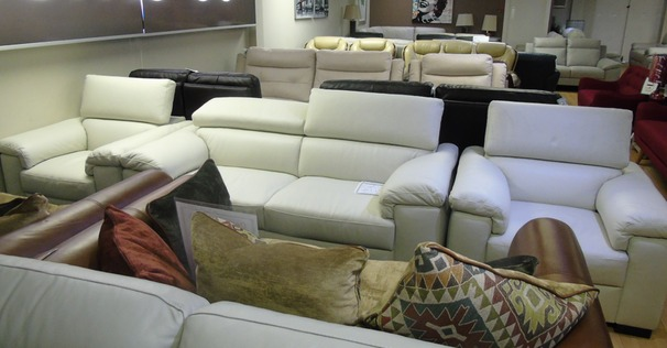Italian leather 3 seater and 2 chairs ivory cream £1999 (SWANSEA SUPERSTORE)